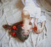 Schönes Modell mit Tomaten im rustikalen Innenraum Lizenzfreies Stockbild