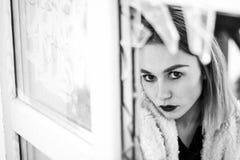 Schönes Modemädchen in defektem Glas Porträt der jungen hübschen Frau in Schwarzweiss Stockfotos