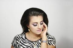 Schönes Modemädchen mit geschlossenen Augen Stockbilder