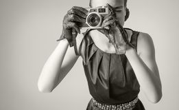 Schönes Modemädchen mit klassischer Weinleseart stockfotografie
