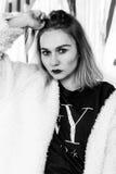 Schönes Modemädchen Porträt der jungen hübschen Frau in Schwarzweiss Lizenzfreies Stockbild