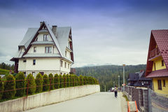 Schönes modernes Blockhaus in den Bergen Lizenzfreie Stockfotos