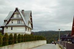 Schönes modernes Blockhaus in den Bergen Stockbild