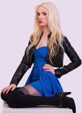 Schönes modernes blondes Mädchen, das auf Stuhl sitzt Stockbilder