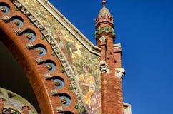 Schönes Mosaik, das Paare mit Trauben auf Fassade historischen Markt Doppelpunktes in Valencia, Spanien darstellt stockfotos