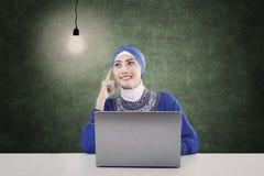 Schönes moslemisches Denken unter Lampe in der Klasse Lizenzfreie Stockfotografie