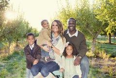 Schönes multi ethnisches Familien-Porträt draußen Stockfoto