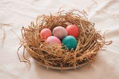 Schönes multi Farbei Ostern im Stroh auf hölzernem Hintergrund, Ostern-Tageskonzept stockbild