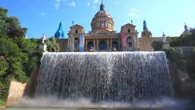 Schönes Museum und Wasserfall stock footage