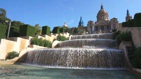 Schönes Museum und Wasserfall in Barcelona stock video