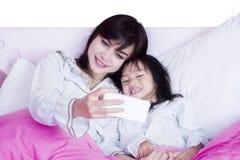 Schönes Mutter- und Kindernehmen selfie Foto Lizenzfreie Stockbilder
