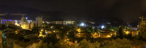 Schönes Nacht-HDR-Panorama eines populären Ferienbestimmungsortes, die Budva-Stadt, Montenegro Lizenzfreies Stockfoto