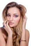 Schönes nacktes blondes Mädchen mit hellem Make-up und langes Kraushaar auf weißem Hintergrund Art und Weiseschuß Lizenzfreie Stockbilder