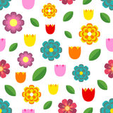 Schönes nahtloses Muster von bunten Blumen - Tulpen, Kamille, Gänseblümchen und Blätter Stockfotos