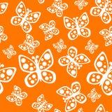 Schönes nahtloses Schmetterlingsmuster in den orange und weißen Farben lizenzfreie abbildung