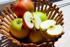 Schönes natürliches der Äpfel und saftig in einem hölzernen Korb Stockbild