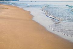 Schönes natürliches des braunen Sandes des Strandes am Morgen Lizenzfreies Stockfoto