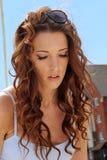 Schönes natürliches Frauen-Mädchen auf Segeljacht Stockbilder