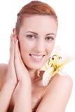 Schönes natürliches Frauengesicht mit der Blume getrennt lizenzfreie stockfotos