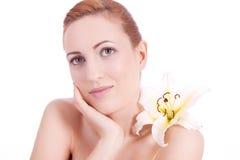 Schönes natürliches Frauengesicht mit der Blume getrennt lizenzfreie stockbilder