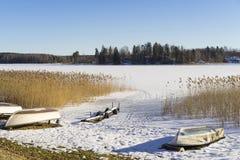 Schönes Natur- und Landschaftsfoto von See mit Eis und Booten in Schweden Skandinavien stockfotografie