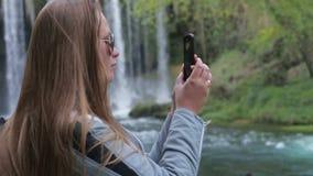 Schönes nettes Mädchen stellen einen Fotopanoramagebrauch einen Smartphone her stock footage