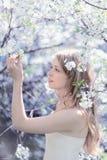 Schönes nettes Mädchen Weg auf dem Vorstadtwald Stockfoto