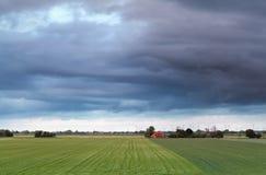 Schönes niederländisches Ackerland im Frühjahr Stockfotografie