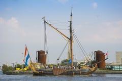 Schönes niederländisches Segelschiff segelt während des SEGELS Amsterdam 2015 Lizenzfreie Stockfotos