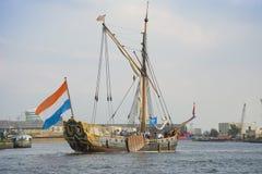 Schönes niederländisches Segelschiff segelt während des SEGELS Amsterdam 2015 Stockbilder