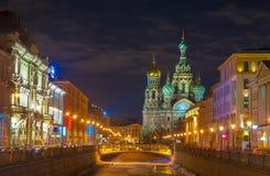 Schönes nightscape der Kirche des Retters auf Spilled Blut über Griboyedov-Kanal in der Dämmerung, St Petersburg, Russland stockfoto