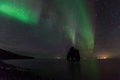 Schönes Nordlicht am hvitserkur, Island Stockbild