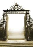 Schönes offenes Tor mit dem Sonnenlicht, das durch kommt Lizenzfreies Stockbild