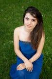 Schönes orientalisches Mädchen auf Gras im Park Stockfotografie