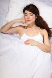 Schönes orientalisches Mädchen, das im Bett schläft stockbild
