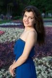 Schönes orientalisches Mädchen, das im Park lächelt Lizenzfreie Stockfotos