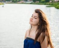 Schönes orientalisches Mädchen, das mit Freude lächelt Stockbild