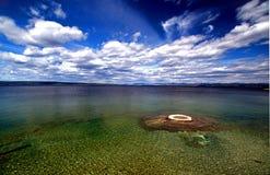 Schönes Ozean-Atoll mit blauen Himmeln Lizenzfreies Stockfoto