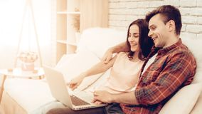 Schönes Paar-Film-Aufpassen Valentinsgruß `s Tag lizenzfreie stockfotografie