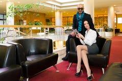 Schönes Paar sitzt in der Halle des Hotels Stockfotos