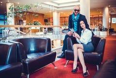 Schönes Paar sitzt in der Halle des Hotels Lizenzfreie Stockfotografie