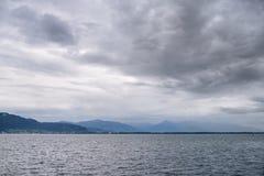 Schönes Panorama der Alpen bei Bodensee bekannt als Bodensee in Deutschland am bewölkten Herbsttag Lizenzfreie Stockbilder