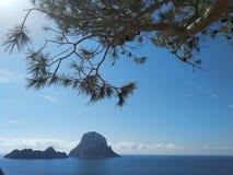 Schönes Panorama der kleinen Insel von Es Vedra auf der Klippe von Cala D 'Hort in Ibiza, Pitiusa-Insel des Balearics lizenzfreie stockfotos