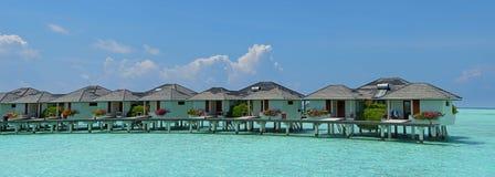 Schönes Panorama der Wasserbungalows in der Tropeninsel bei Malediven stockfotografie