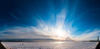 Schönes Panorama des bewölkten Himmels über Eis Lizenzfreie Stockfotografie