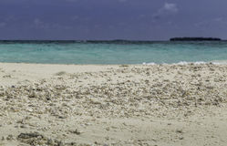 Schönes Panorama des Strandes in Malediven Stockfotografie