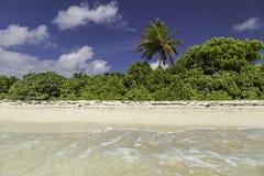 Schönes Panorama des tropischen Strandes in Malediven Lizenzfreies Stockbild