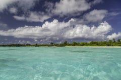 Schönes Panorama des tropischen Strandes in Malediven Stockfotografie