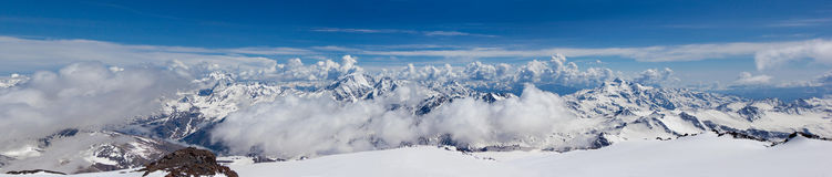 Schönes Panorama von kaukasischen Bergen Stockbilder