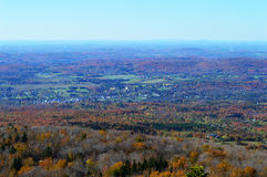 Schönes panoramisches mit Ansicht des blauen Himmels vom Hügel, ländliche Landschaft Stockbilder